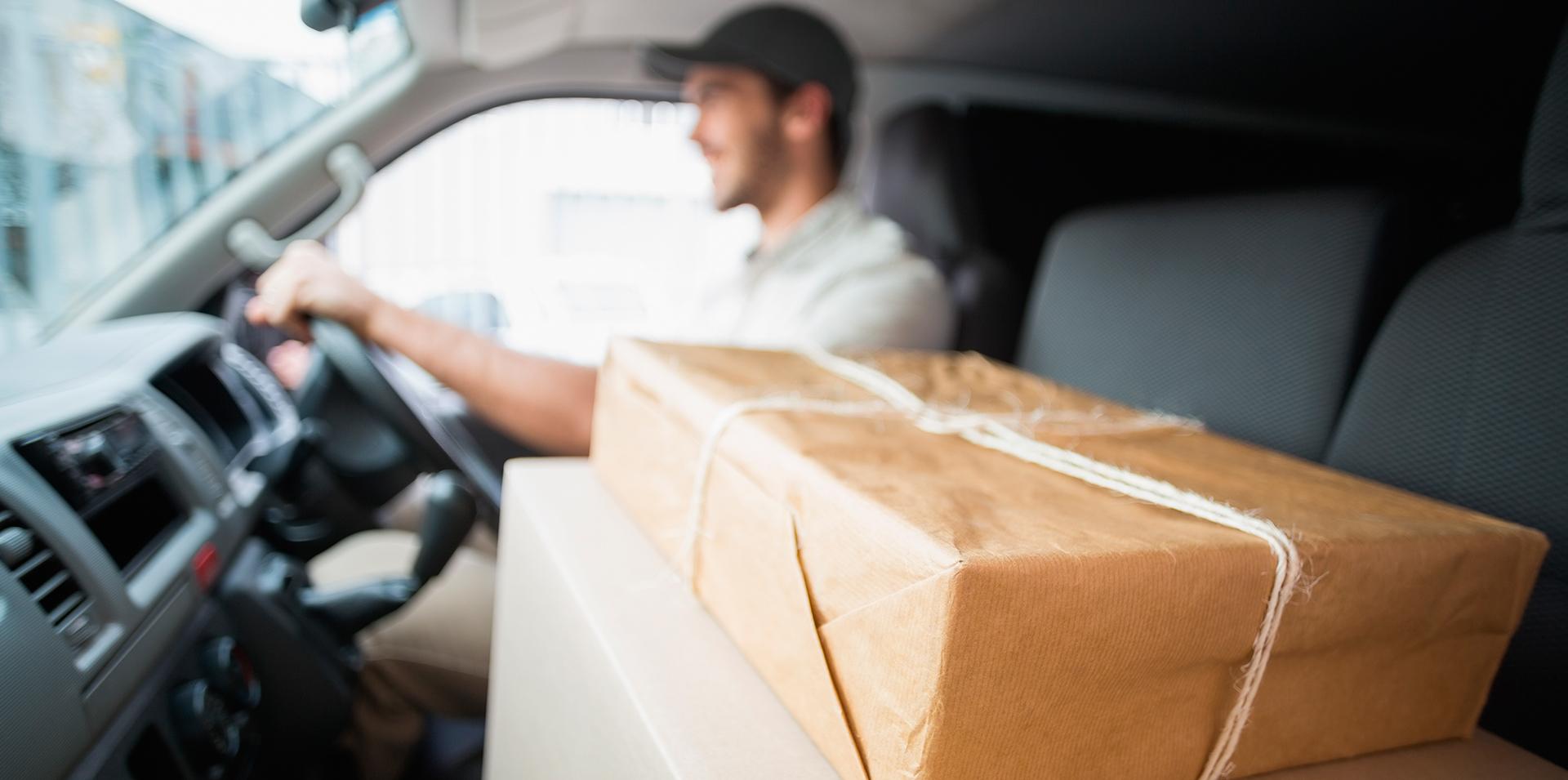 um entregador com umas caixas, para demonstrar a logística da venda online