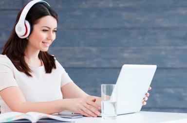 Mulher computador curso online