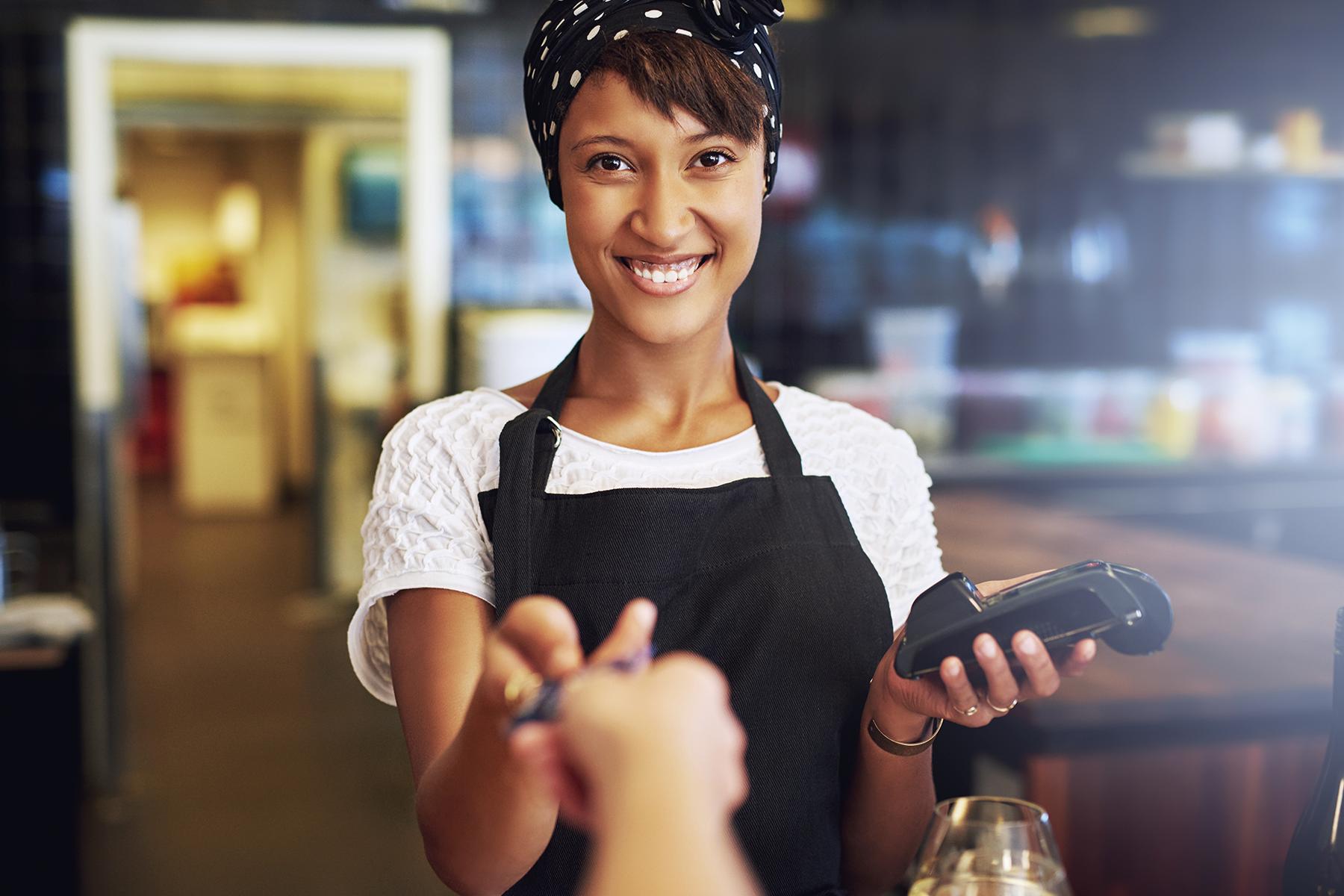 vendedora negra mulher loja