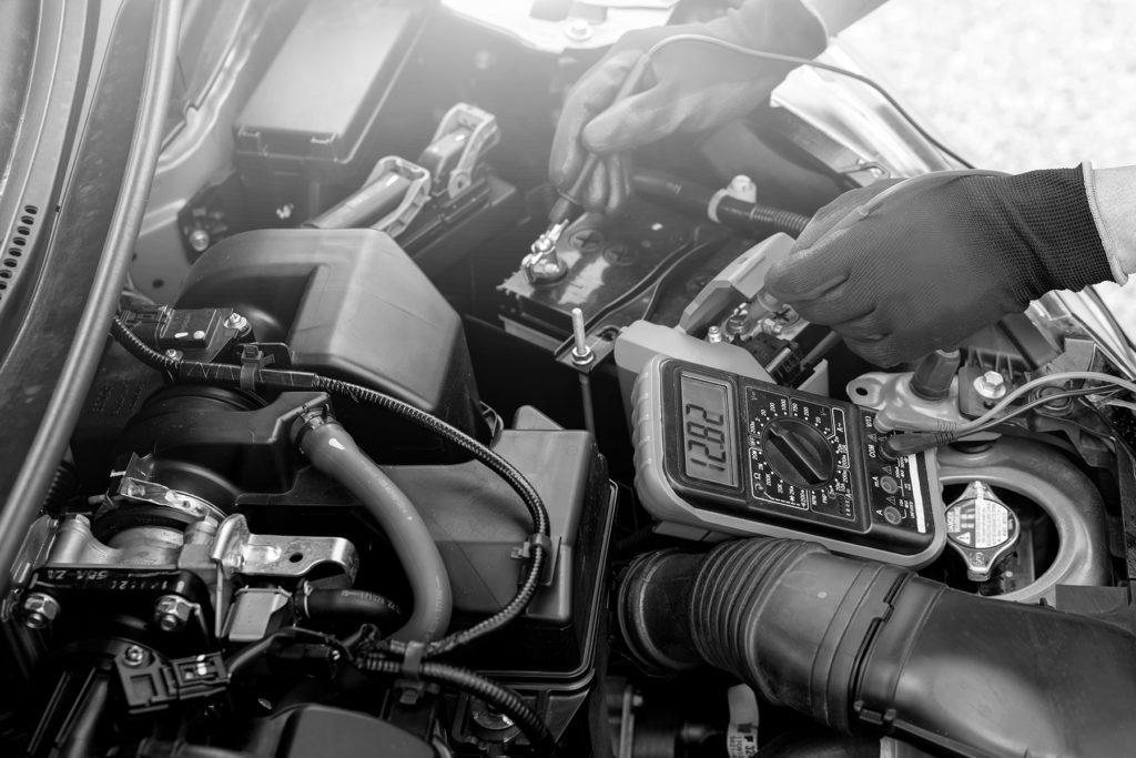 recarga bateria carro preto e branco