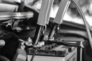 recarga bateria automotiva preto e branco