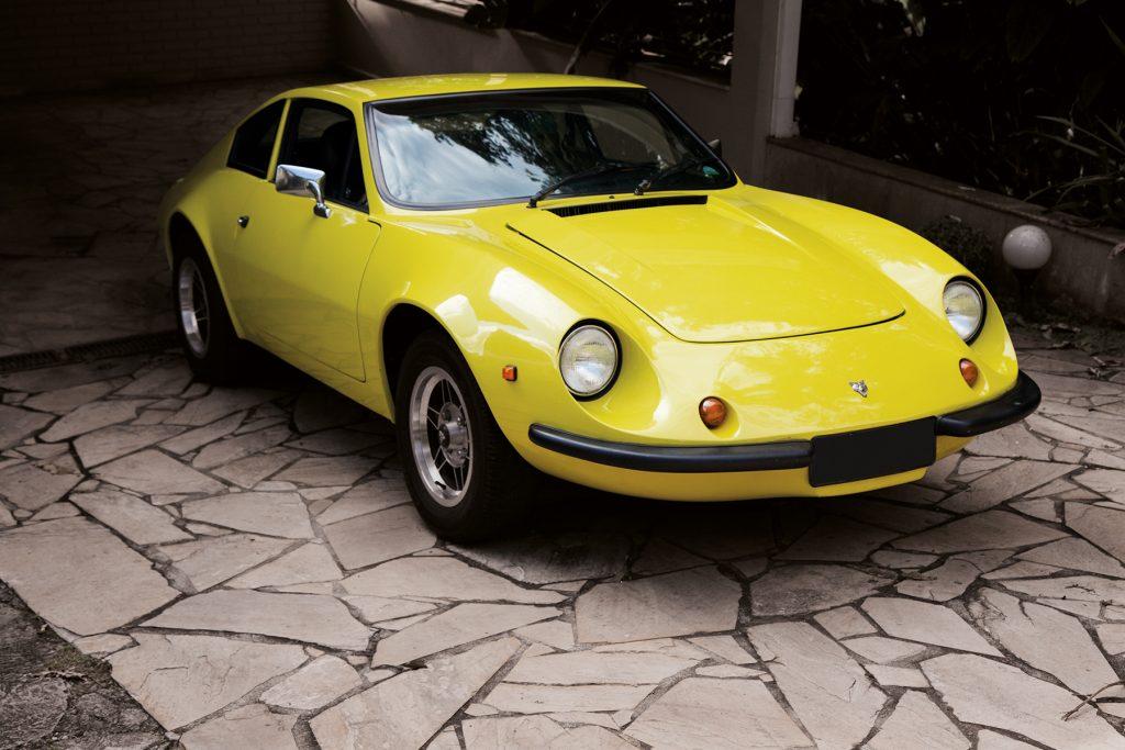 Puma GTE amarelo claro, estacionado em uma garagem