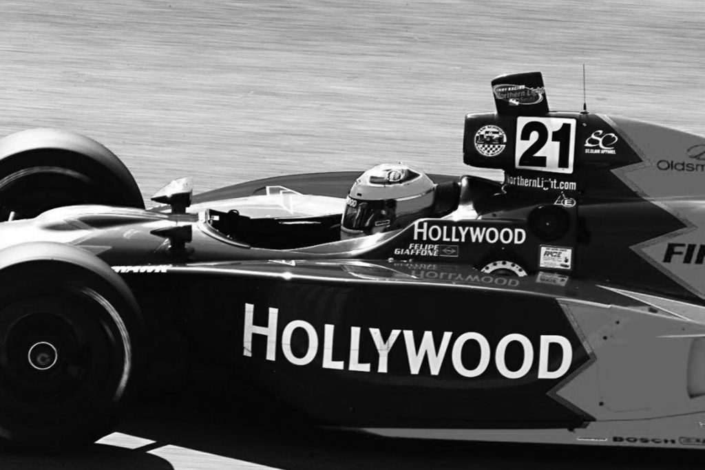Felipe Giaffone dirigindo carro de formula indy