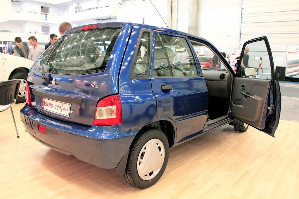 traseira de carro azul Saipa (time de futebol) com as portas abertas em uma sala.
