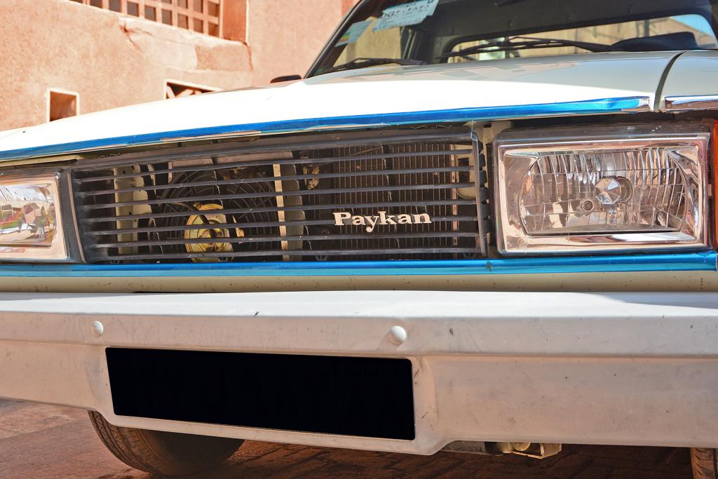 carro azul com nome de time de futebol.